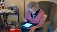 Idosa-ensina-bons-modos-via-tablet