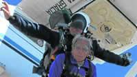 cumplio-93-y-volvio-a-saltar-en-paracaidas-desde-3-mil-metros